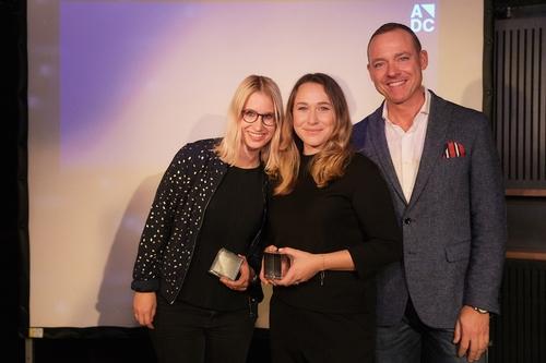 ADC_YCA 2016_Preisverleihung_Die Gewinner der Kategorie Direct Stephanie Luescher & Yael Kölliker mit Andreas Lang (Die Post_Postmail).jpg