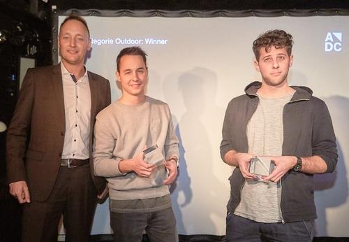 adc_yca_2017_Peer Kleinfeldt (APG|SGA) mit den Gewinnern der Kategorie Outdoor Heinrich Schnorf & Sandro Heierli.jpg