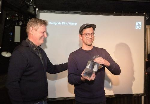 adc_yca_2017_Rudi Haller (Swissfilm Association) mit dem Gewinner der Kategorie Film Jannic Mascello.jpg